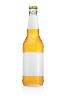 白い表面に分離されたロングネックビール瓶。透明で清潔なラベル、水滴。