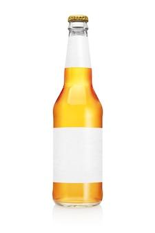 Изолированная бутылка пива longneck. прозрачная чистая этикетка.