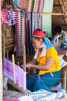 Longneck village, 태국 - 2014년 11월 1일: 긴 목 부족 마을에서 미확인된 여성.