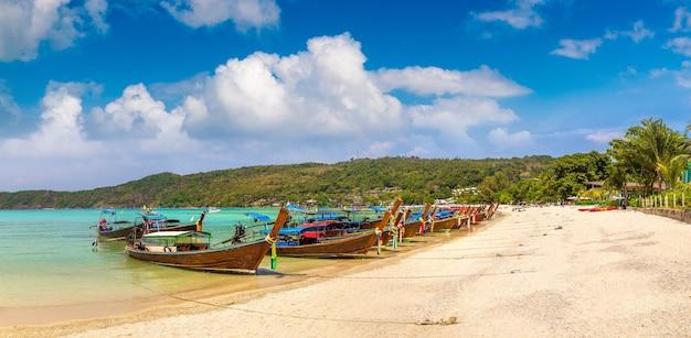 Длиннохвостая лодка на пляже лог далум на острове пхи-пхи-дон, таиланд