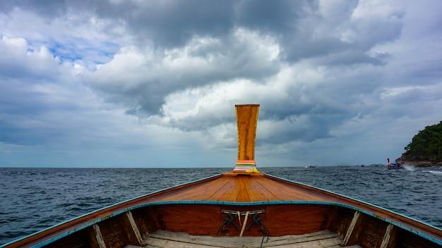 Длиннохвостая лодка на кристально чистом море на тропическом острове ко липе, таиланд