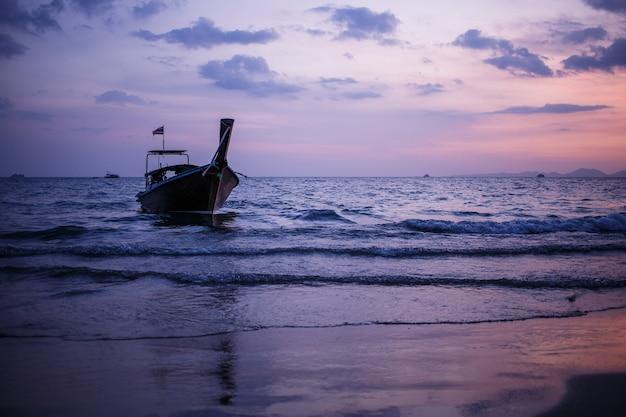 Длиннохвостая лодка на восходе солнца андаманское море, таиланд