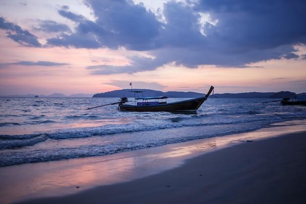 Длиннохвостый лодки на рассвете.