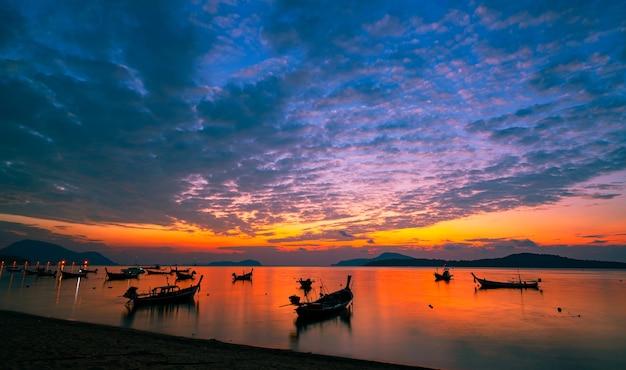 열 대 바다에서 여행 보트와 롱테일 보트 아름 다운 풍경 아침 일출 또는 일몰 하늘 바다와 푸켓 태국에서 산 놀라운 자연 풍경의 빛 바다입니다.