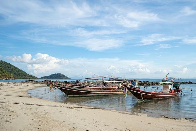 Тайская традиционная деревянная шлюпка longtail и красивый пляж песка. таиланд.
