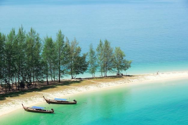Longtale лодка-на-белом-пляж-на-мьянму