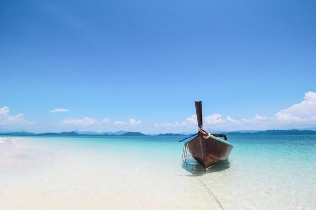 Longtale лодка-на-белом-пляж
