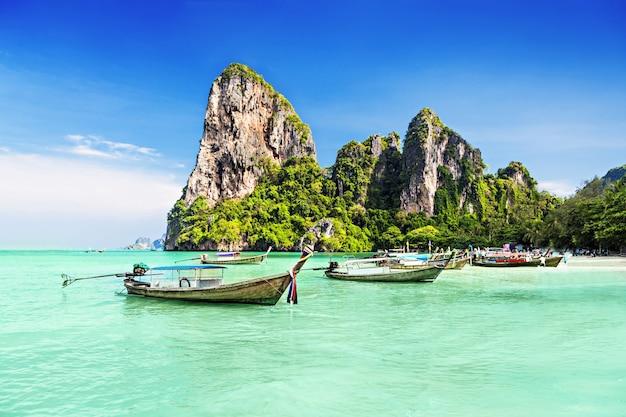 아름다운 해변, 태국에서 longtale 보트