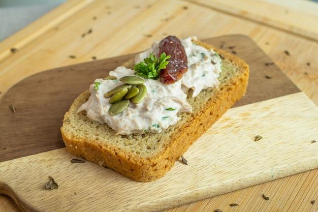 Lonja de pan con crema blanca fresco aperitivo casero concepto vida saludable