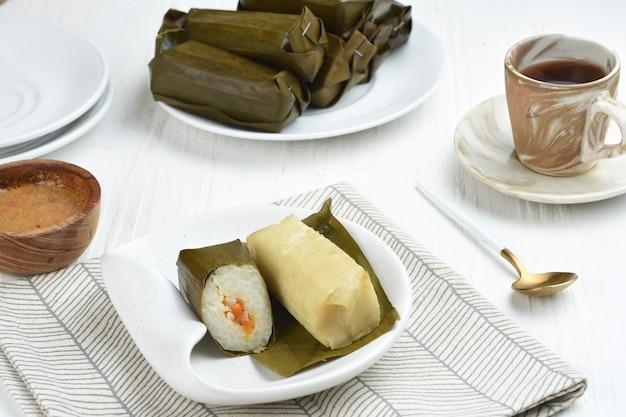 Лонтонг иси - рис, наполненный онком или овощами и обернутый банановыми листьями