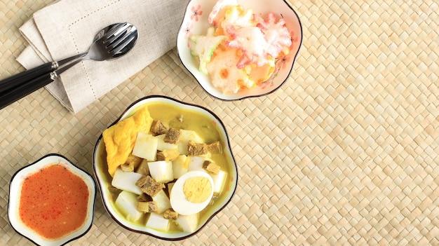 Lontong kari sapi, 쇠고기 카레 수프를 곁들인 ketupat. 인도네시아 반둥의 대표적인 전통음식입니다.