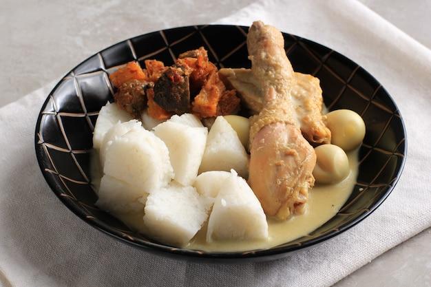 Lontong opor индонезийский белый карри с куриной голенью и перепелиными яйцами цыпленок а