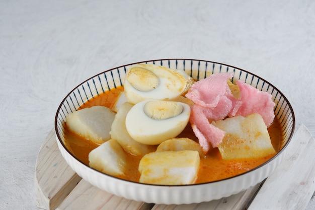 Лонтонг саюр индонезийская кухня рисовый пирог или лонтонг с овощами