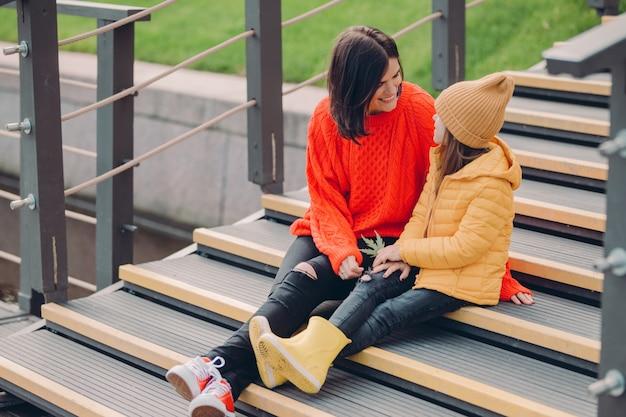 ファッショナブルな若い女性のイメージは赤いlooeセーターを着ています。