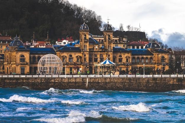 バスク地方のラコンチャ湾にあるドノスティアサンセバスチャンの海岸線を見てください。