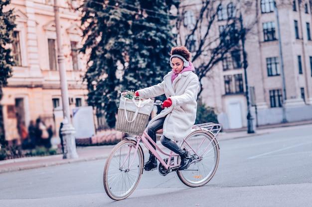 私を見て。市内中心部に住んでいる間エコ輸送を使用して喜んでいる若い女性