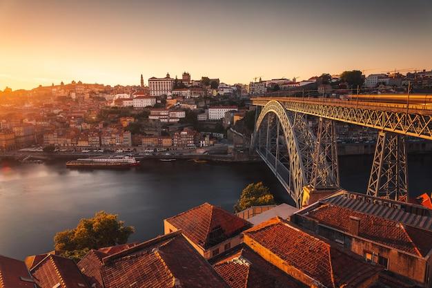 Посмотрите на порту с рекой дору и знаменитым мостом луиша i, португалия.