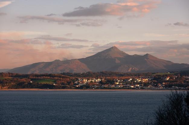 アンダイエ海岸とラルーン(ラルーヌ)山バスクカントリーのあるバスク海岸を見てください。