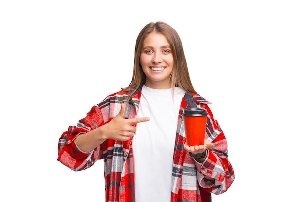 この読んだ紙のテイクアウトカップを見てください。女性がそれを指しています。