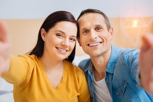 Посмотри на нас. счастливая пара, выражающая позитив