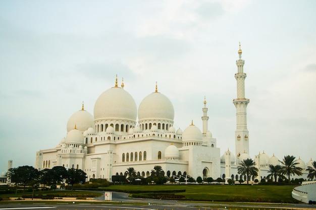 Shekh zayed grand mosqueのすばらしい建物で遠くから見る