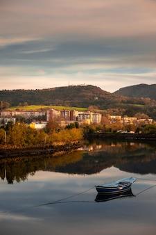 Посмотрите с реки бидасоа на страну басков ирун.