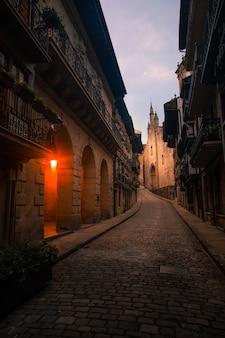 Взгляните из фондаррибии, одного из самых красивых городов во всей стране басков.