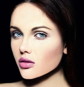カラフルなピンクの唇と完璧なきれいな肌と裸化粧と美しい白人の若い女性モデルのファッション性の高いlook.glamorクローズアップ美容肖像画