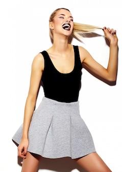Высокая мода look.glamor стильный сексуальный улыбающийся красивая молодая блондинка модель летом яркая хипстерская ткань в солнцезащитных очках