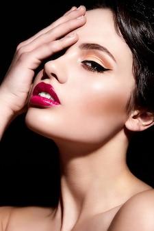 Высокая мода look.glamor крупным планом портрет красивой сексуальной брюнетки кавказской модели молодой женщины с ярким макияжем, с красными губами, с идеально чистой кожей