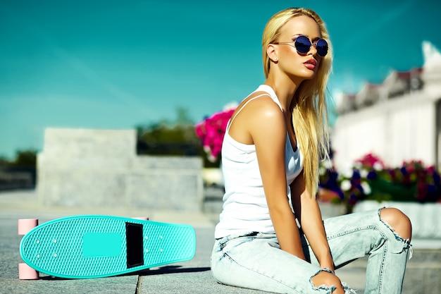 Высокая мода look.glamor стильная сексуальная красивая молодая блондинка в летней яркой повседневной хипстерской одежде