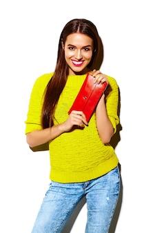 Высокая мода look.glamor стильный сексуальный улыбающийся красивая молодая модель летом ярко-желтая повседневная хипстерская ткань с кошельком сцепления