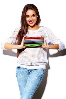 Высокая мода look.glamor стильный сексуальный улыбающийся красивая молодая модель летом ярко-белая повседневная хипстерская ткань с разноцветным кошельком