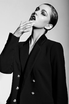 美しいセクシーなスタイリッシュな白人の若い女性モデルのファッション性の高いlook.glamorのクローズアップの肖像画