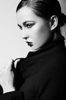 明るいメイクと美しいセクシーなスタイリッシュなブルネット白人若い女性モデルのファッション性の高いlook.glamorのクローズアップの肖像画