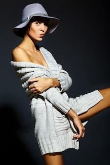 帽子のカジュアルな布で完璧なきれいな肌と明るいメイクで美しいセクシーなスタイリッシュな若い女性モデルのファッション性の高いlook.glamorのクローズアップの肖像画