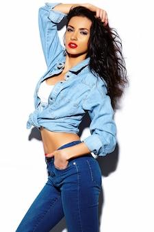 ファッション性の高いlook.glamorスタイリッシュな美しい若い女性モデルの夏に赤い唇と黒いビーニーの明るいカラフルなジーンズヒップスター布