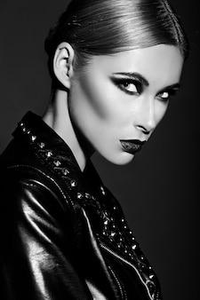 ファッション性の高いlook.glamorのクローズアップの肖像画の美しいセクシーなスタイリッシュな白人の若い女性モデルと明るいモダンなメイク、濃い赤唇、完璧なきれいな肌