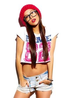 Высокая мода look.glamor стильная красивая молодая женщина модель с красными губами летом яркие красочные ткани битник