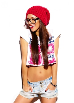 夏の明るいカラフルなヒップスター布に赤い唇とファッション性の高いlook.glamorスタイリッシュな美しい若い女性モデル