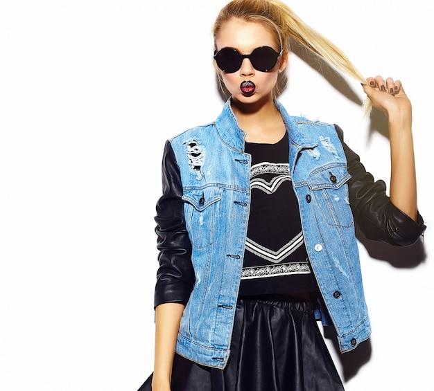 ファッション性の高いlook.glamourスタイリッシュなセクシーな笑みを浮かべて美しい若いブロンドの女性モデルの夏の明るいジーンズヒップスター布でサングラス