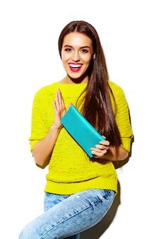 ファッション性の高いlook.glamourスタイリッシュなセクシーな笑みを浮かべて美しい若い女性モデルの夏の明るい黄色のカジュアルな流行に敏感な布でクラッチ財布