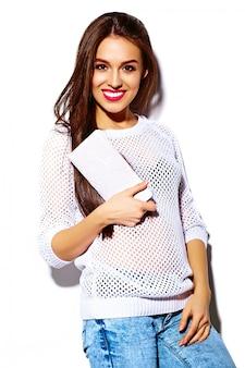 ファッション性の高いlook.glamourスタイリッシュなセクシーな笑みを浮かべて美しい若い女性モデルの夏の明るい白いカジュアルなヒップスター布カラフルなクラッチ財布
