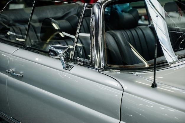 銀色のレトロな車の中を見てください