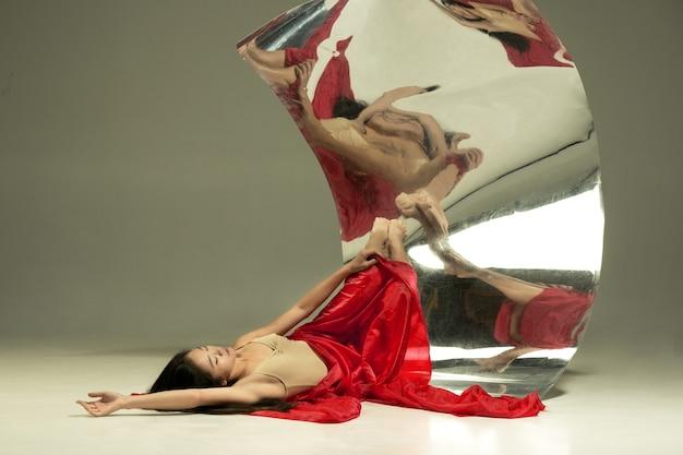 情熱の表情。ミラー付きブラウンのモダンなバレエダンサー