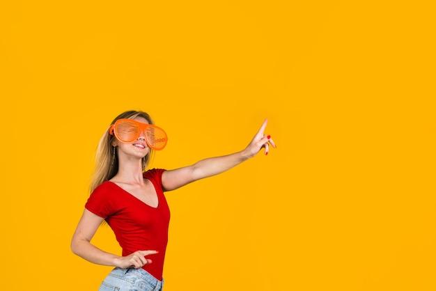 Посмотрите сюда рекламная женщина, указывающая пальцем в сторону, добавьте распродажи и скидки на сезонную распродажу