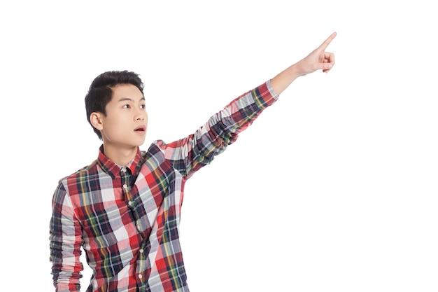 저기 봐! 흰색에 고립 된 서있는 동안 멀리 가리키는 놀된 중국 십 대 소년