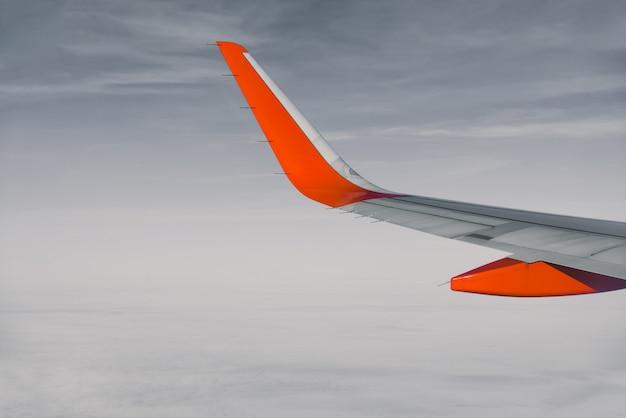 飛行中に窓の航空機を覗く