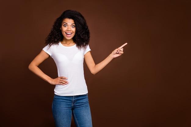 믿을 수없는 광고를보세요! 감동적인 미친 아프리카 계 미국인 여자 포인트 검지 복사 공간 비명 와우 omg 추천 선택 프로모션 착용 데님 청바지.