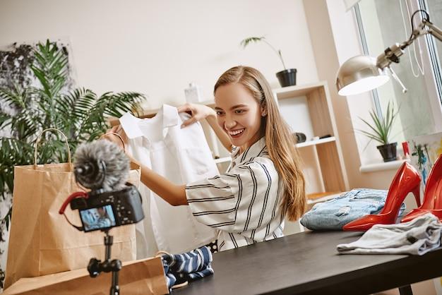 웃으면서 보는 패션 블로거, 화이트 셔츠에 대한 리뷰 영상